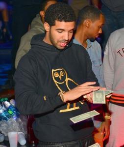drake-strip-club-money-photos-04-480w_zps41c387c4